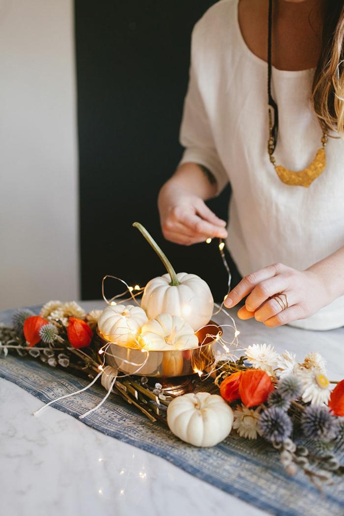 herbstliche Tischdeko selber machen, kleine weiße Kürbisse und Trockenblumen, DIY Ideen zum Nachmachen