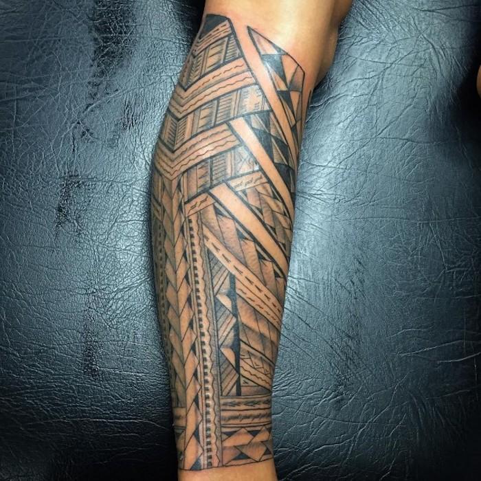 tattoo arten, samoanische tätowierung am bein stechen lassen