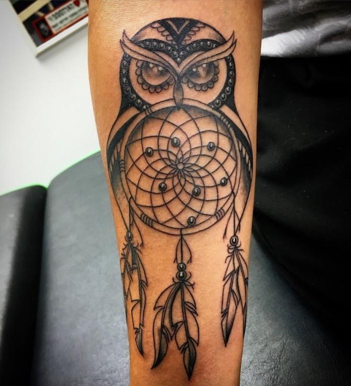 tattoo oberarm, fraumfänger mit eule am arm