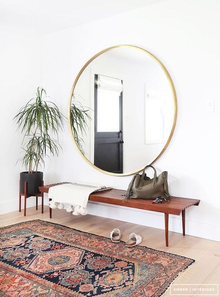 trend teppich orientteppich design dessin großer spiegel an der wand sitzecke tasche