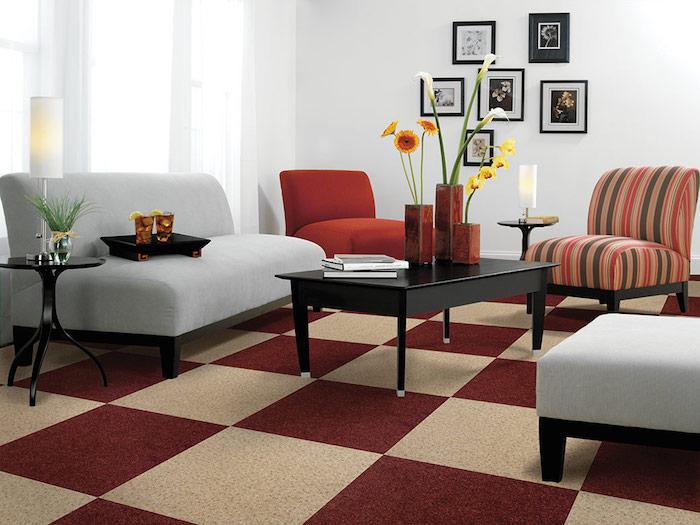 quadratische muster von dem teppich im wohnzimmer tischdeko blumen sofa