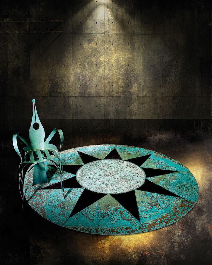 teppich türkis bunte flecke im dunklen zimmer rustikales design idee sonne stuhl