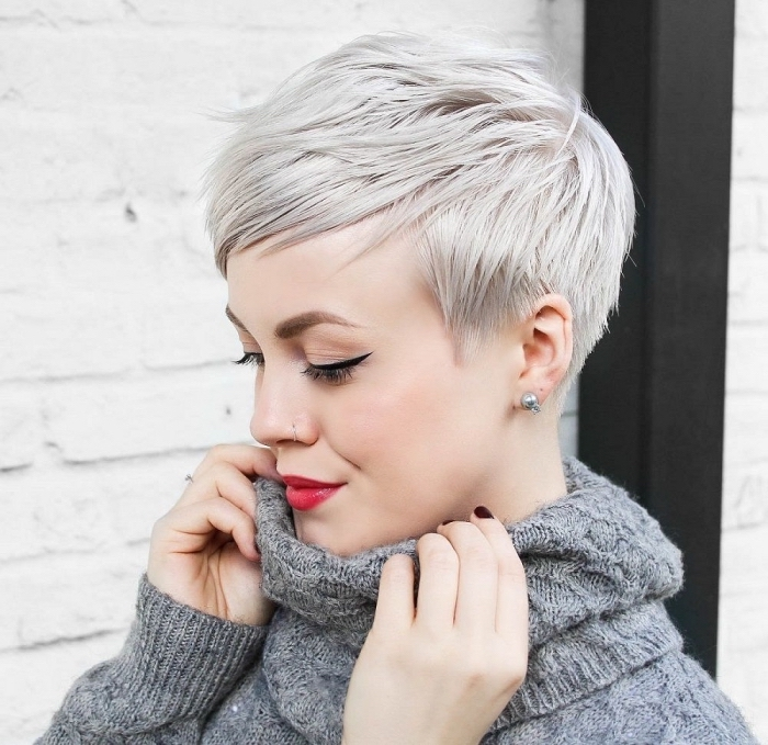 Graue Haare, Haarfarben Trends 2020, Pixie Cut mit Seitenpony, roter Lippenstift und schwarzer Lidstrich, grauer Pullover