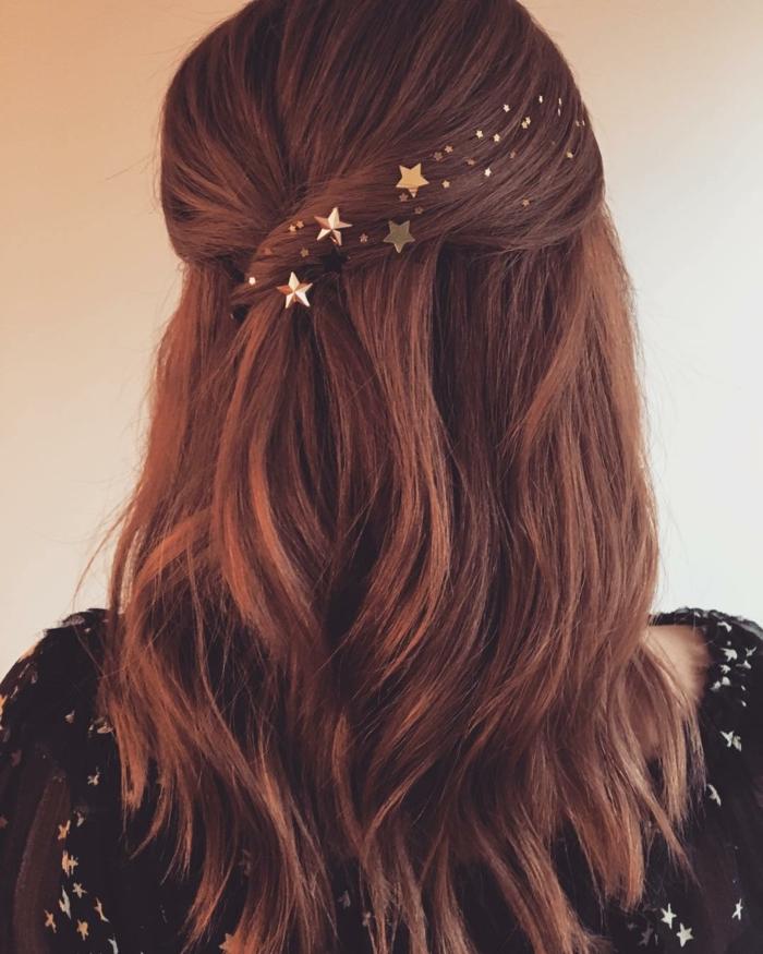 Sanfte Haarfarbe Rot, halboffene Haare mit kleinen goldenen Sternen, mittellanges glattes Haar