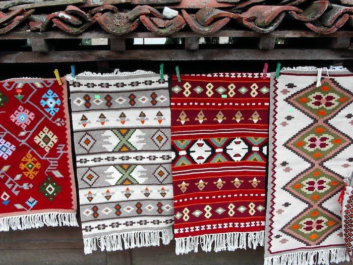traumteppiche auf dem markt verkaufen teppiche in verschiedenen größen und muster
