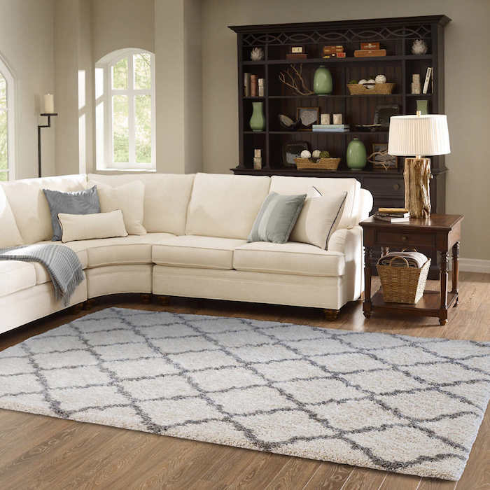 teppich gelb grau dezentes design schöne idee helles sofa brauner schrank grüne vasen