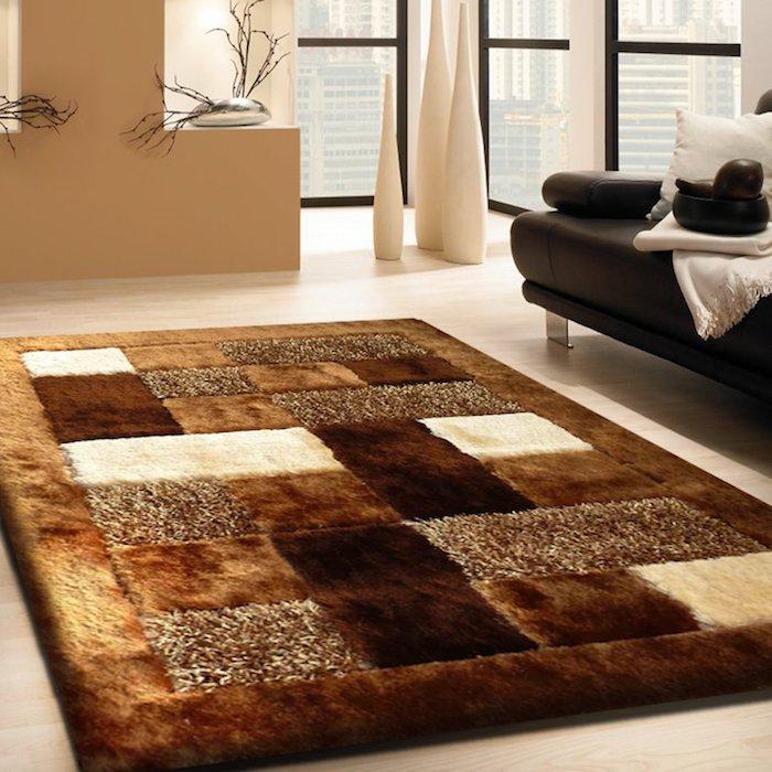 teppich beige kurzflor idee orange braun beige schwarzes sofa weiße deko kissen