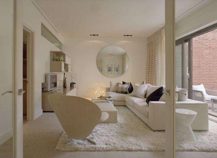 teppich gold weiß idee sessel sofa mit vielen kissen weißes zimmer design idee