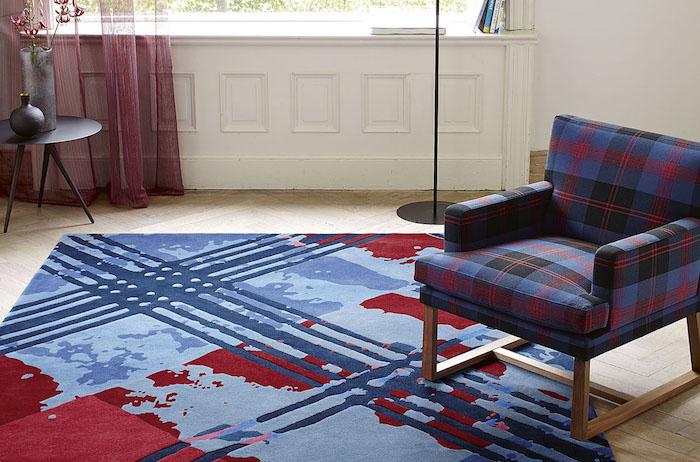 türkis teppich idee blau rotes teppich design vorhänge rot sessel kariiertes design