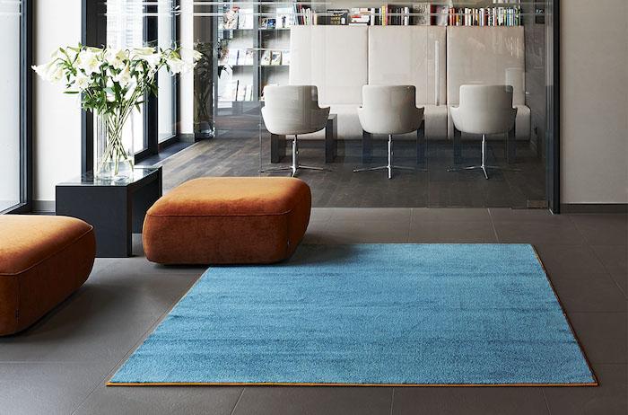 türkis teppich einfärbiges design idee orange sitzkissen hocker weiße wohnküche