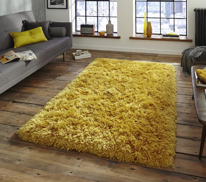 teppich gelb grau interieur design ideen graues sofa bunte kissen fenster magazin