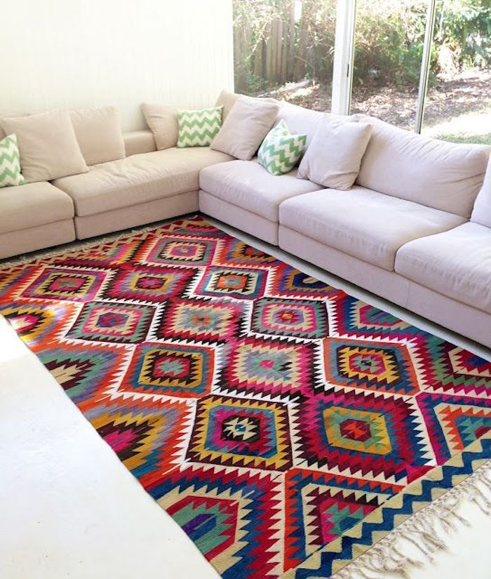 teppiche online ideen sammeln dezentes sofa in beige und läufer in bunten farben