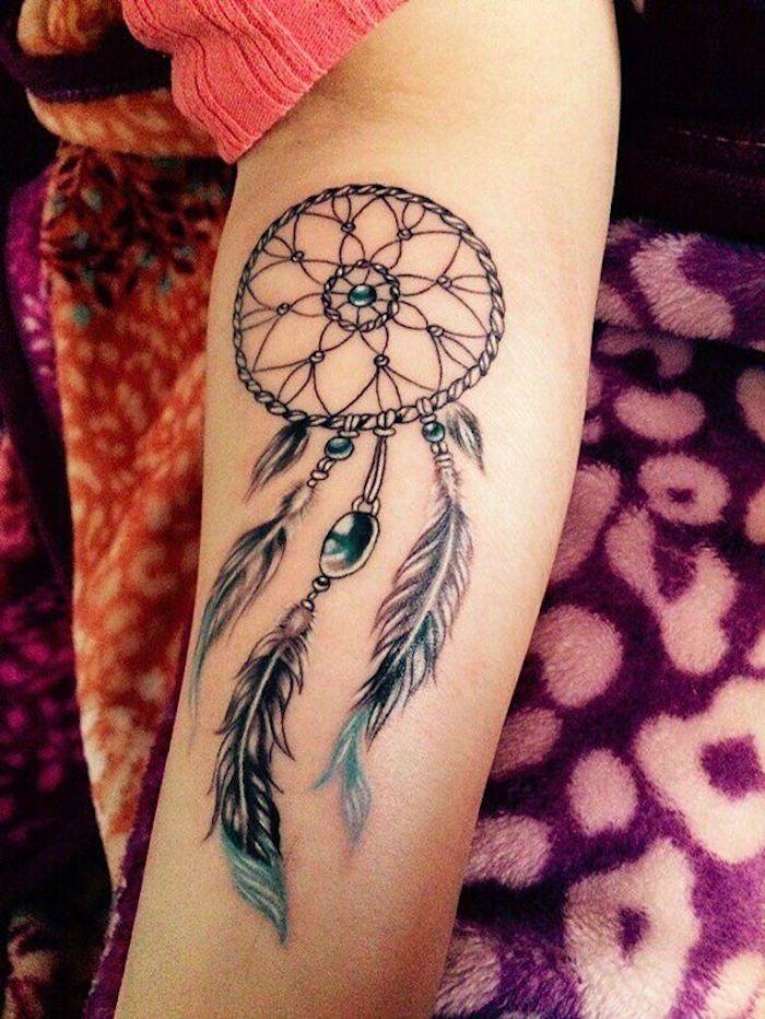 unterarm tattoo, traumfänger mit blauen federn und perlen