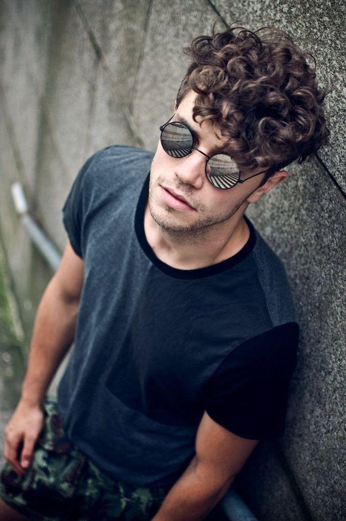 lange haare undercut frisur für männer mit lockigem haar runde sonnenbrille model foto