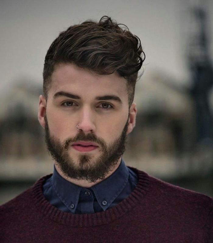 undercut stylen top frisur des jahres 2017 hemd pulli mann lockige haare bart