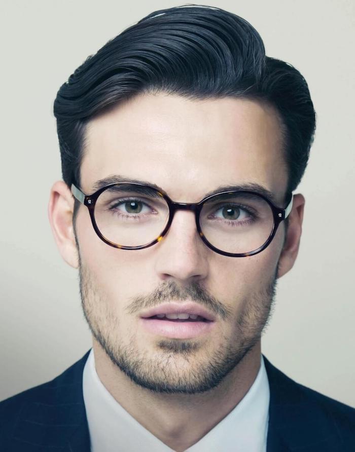 sidecut männer frisur idee eleganter mann trägt seine haare mit stil brille bart foto