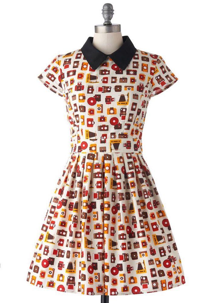 mittellanges Kleid mit Print, kurze Ärmel, schwarzer Hemdkragen