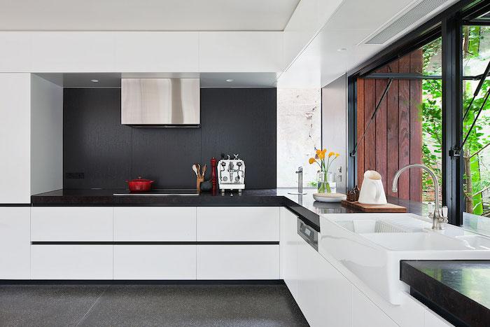 eine Wand in Tafelfarbe in der Küche mit einer indirekten Beleuchtung