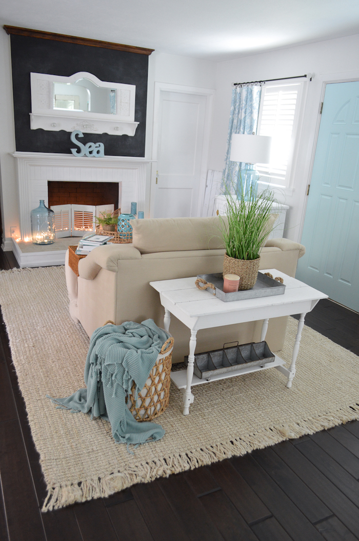 ein gemütliches Wohnzimmer mit maritimer Deko mit Wand in Tafelfarbe