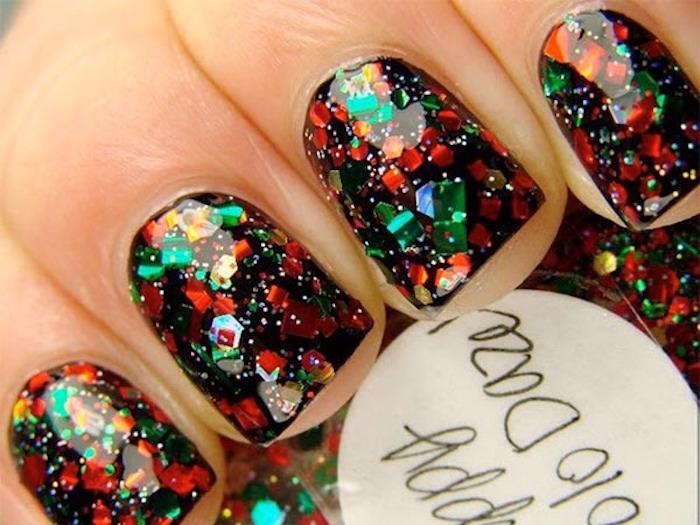 nageldesign sterne bunte glitzerne dekorationen auf schwarzem nagellack dekoration