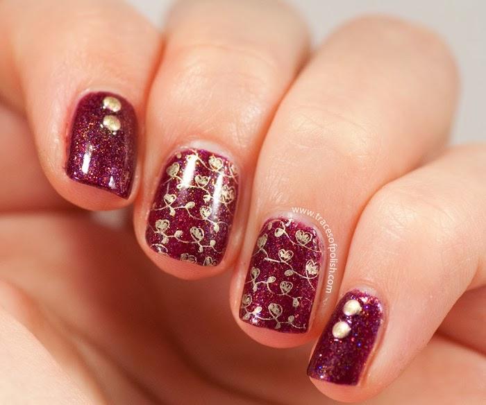 winterliche nägel dunkelrote nageldesigns mit glitzer und goldene dekorationen