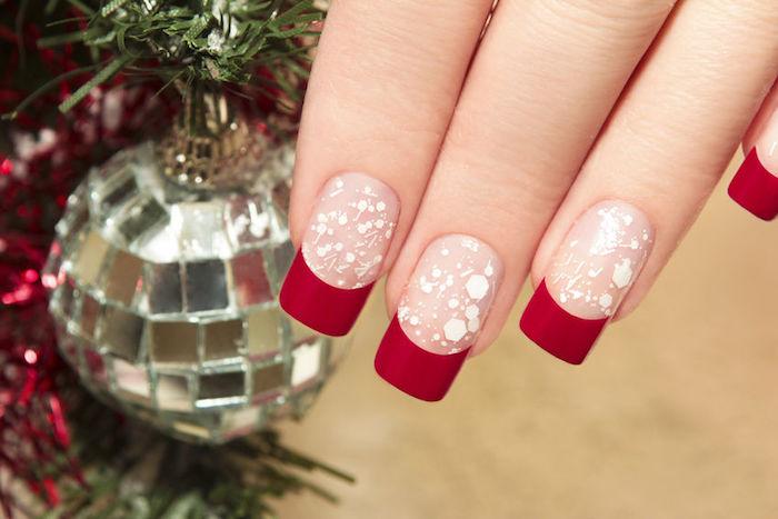 nägel weihnachten tolle idee rote nägel french maniküre schneeflocken motive weiß