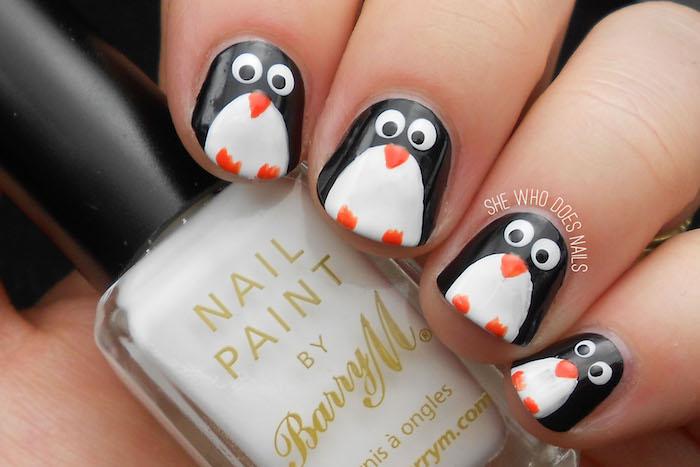 nageldesign weihnachten penguins schwarz weiße maniküre orange pfoten maniküre