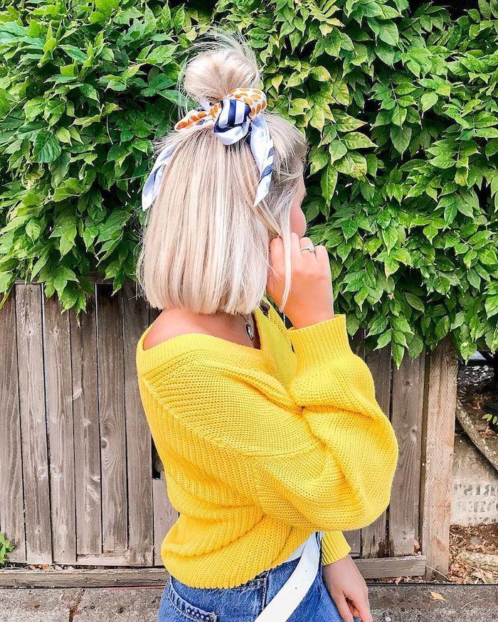 Kinnlanger Bob Haarschnitt, Half Up Bun mit Bandana, blonde glatte Haare, gelber Pullover
