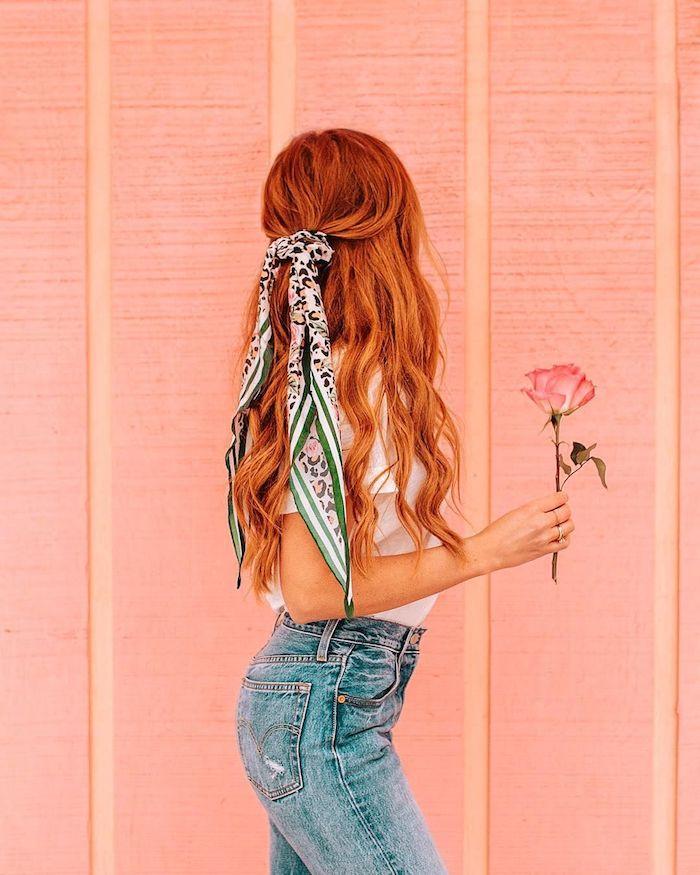 Haarfarbe Kupfer, lange gewellte Haare, halboffen mit Bandana, weißes T-Shirt, Jeans mit hoher Taille