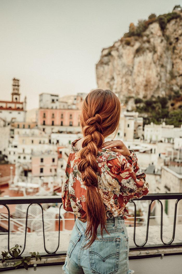 Lange geflochtene Haare, Kupfer Haarfarbe, Jeans mit hoher Taille, Hemd mit Blumenmuster
