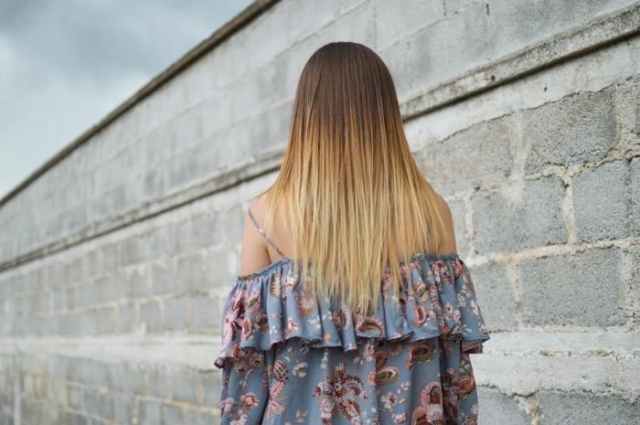 Ombre Haarfarbe, welche Haarfarbe passt zu mir, lange glatte Haare, schulterfreies Top mit Blumenmuster