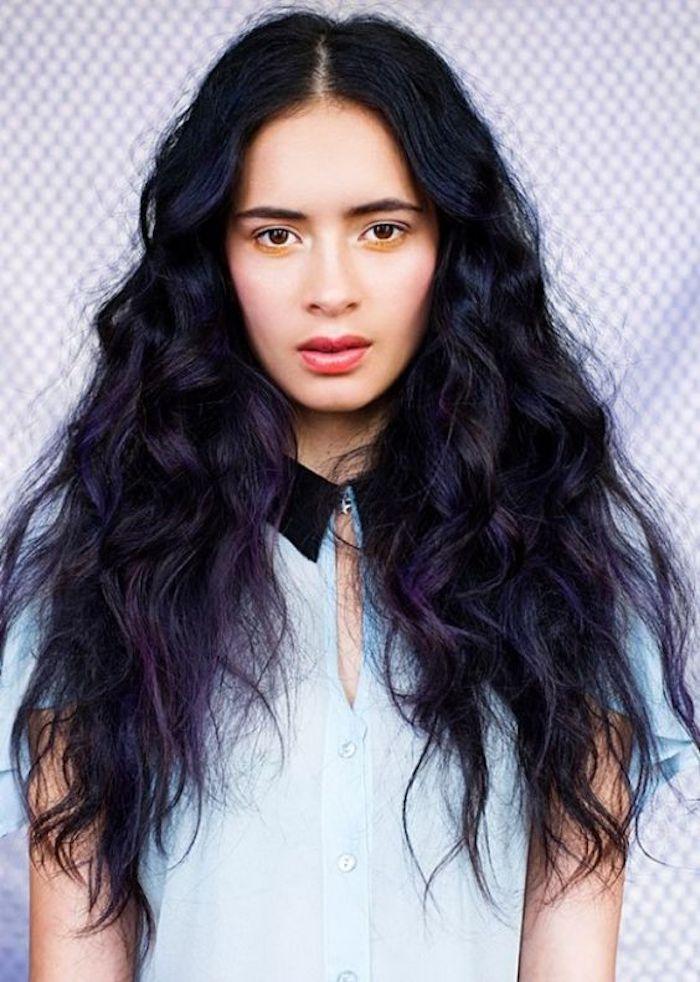 lange lockige Haare mit schwarzem Ansatz und lila Längen, Hemd mit schwarzem Kragen