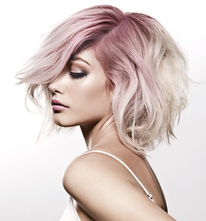 kurze blonde Haare mit pinkem Ansatz, rosa-braune Haut, Top mit Trägern