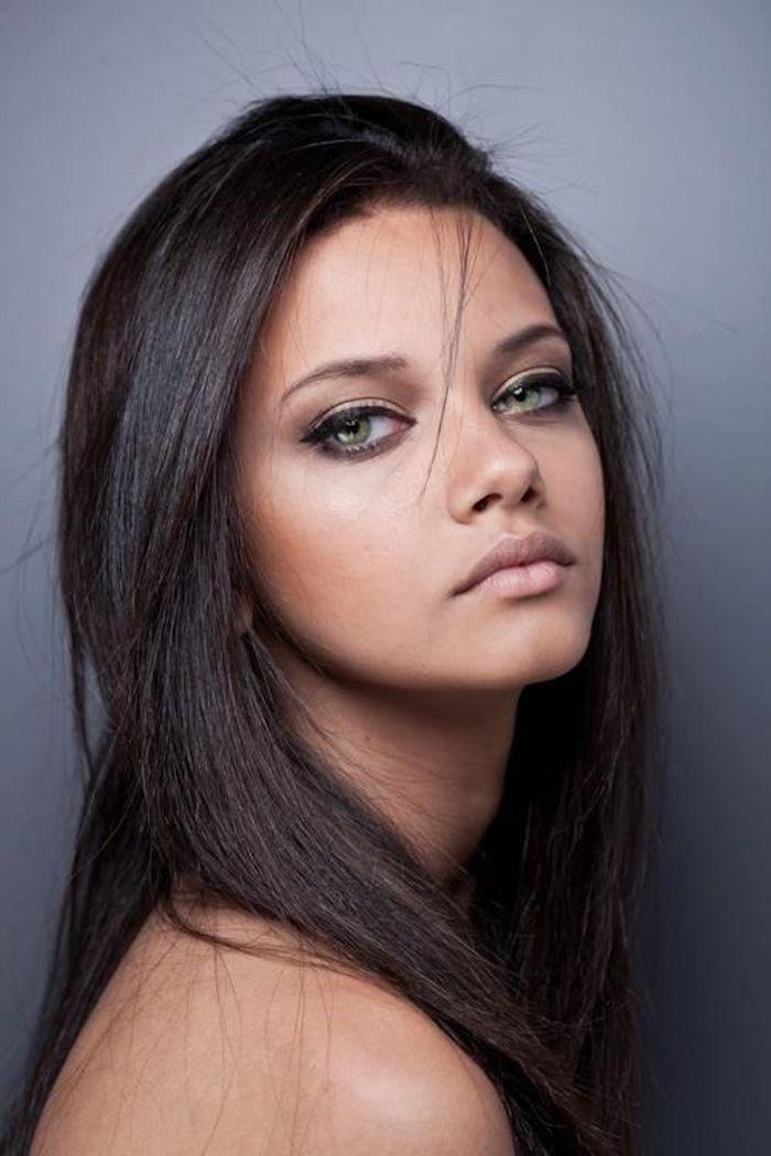 brauner Teint, dunkelbraune bis schwarze Haare, grüne Augen, Katzenaugen, Adriana Lima
