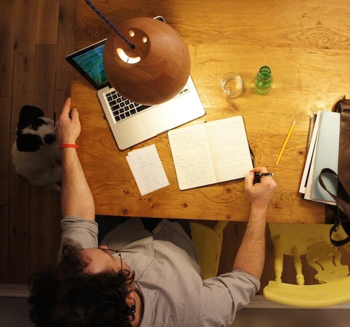 homeoffice ideen lampe arbeit in der nacht mann arbeitet von zuhause hund begleiter