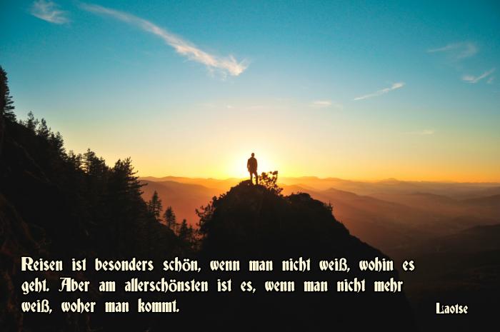 billd mit einem spruch von laotse zum thema reisen und einem mann und bergen