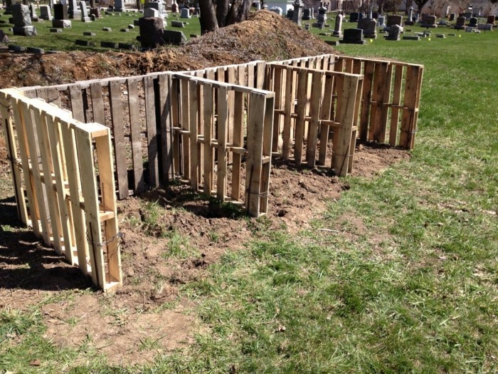 jetzt zeigen wir ihnen drei kleine schöne komposter, die aus alten europaletten gebaut wurden