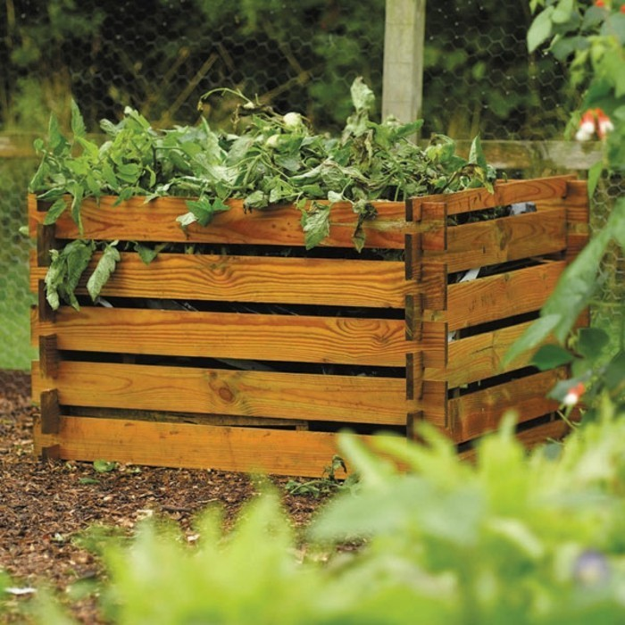 hier finden sie noch eune tolle idee für einen kleinen komposter aus holz mit blättern und grünen pflanzen