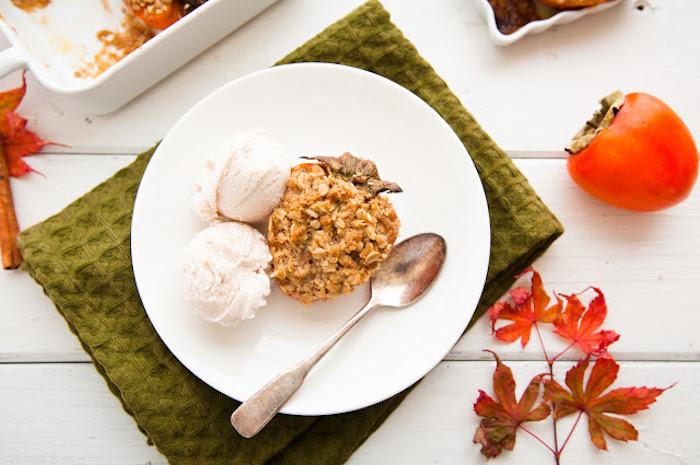 nachspeise mit persimone, kekse mit nüssen, müsli und kaki früchten