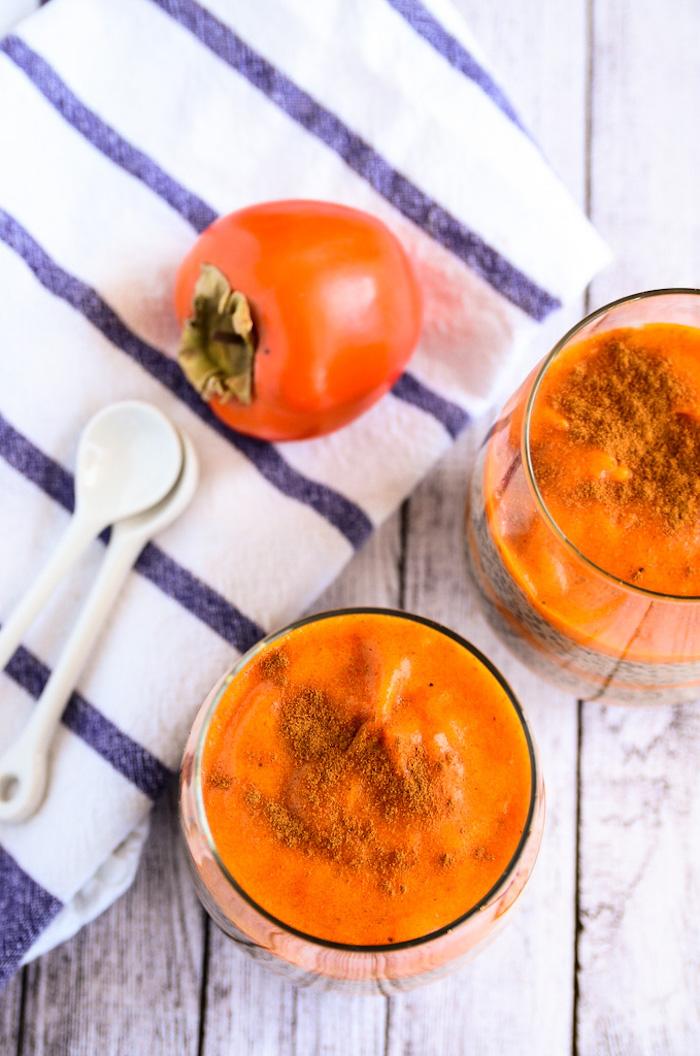 persimone essen, keramische löffel, smoothie mit kaki früchten