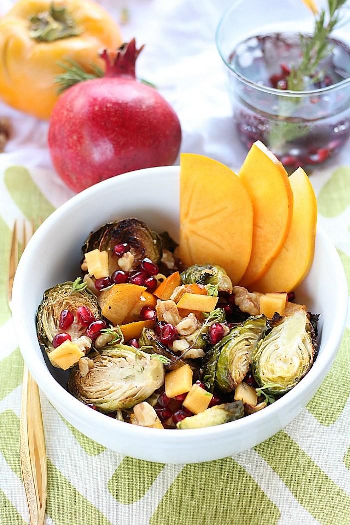 salat mit persimone, käse und granatapfelsamen, obstsalat