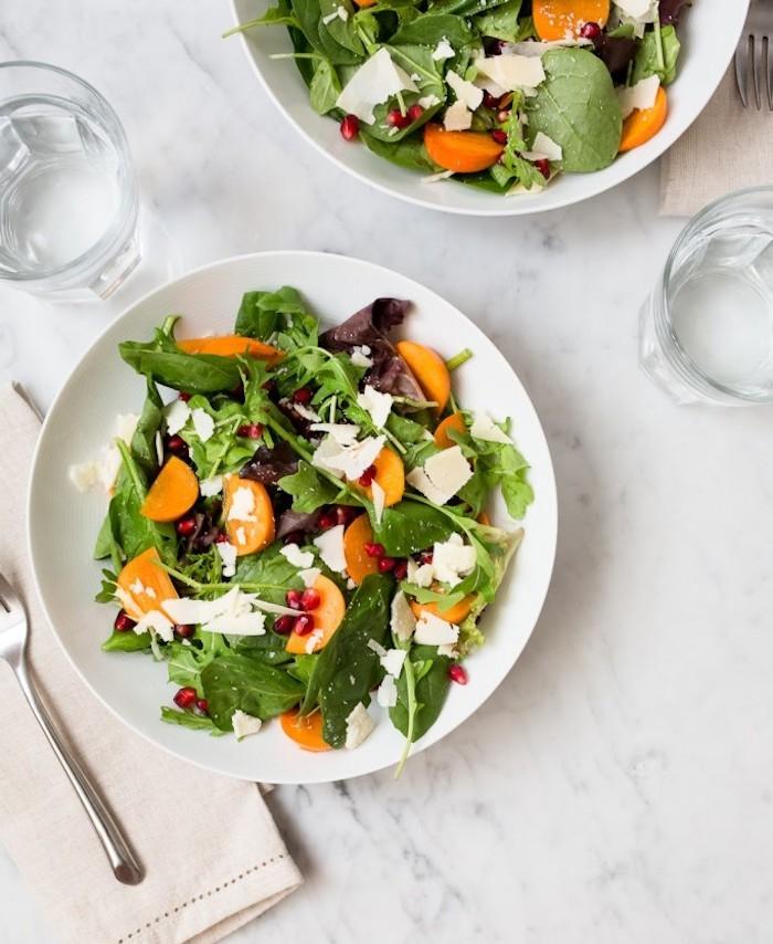 kaki vitamine, gesunder salat mit weißem käse, gemischten salatblättern und persimonen