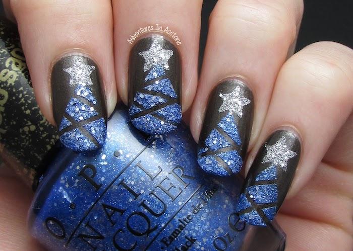 nageldesign sterne weihnachtsbaum dekorationen auf schwarze nägel blaue glitzer deko