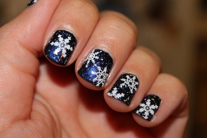 nageldesign sterne gelnägel dunkelblau mit weißen schneeflocken als deko ideen