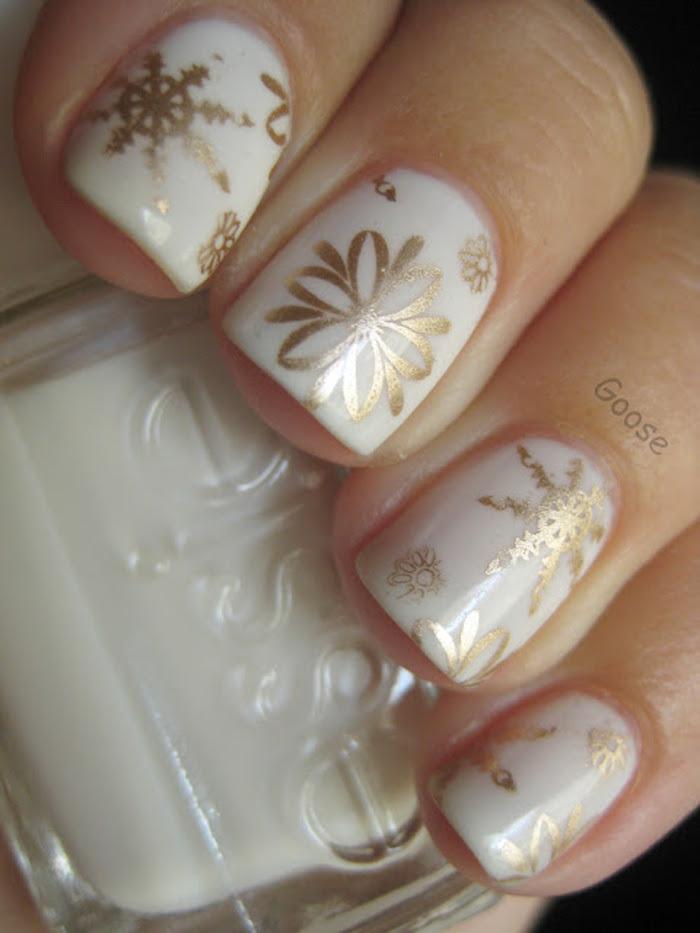 nageldesign sterne weiße nägel nageldesign perlenlack in cremefarbe goldene deko