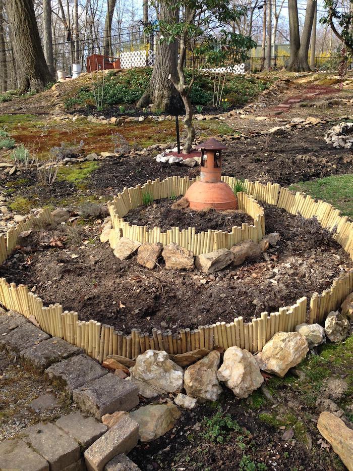 jetzt zeigen wir ihnen eine unserer ideen zum thema kräuterspirale mit steinen und pflanzen