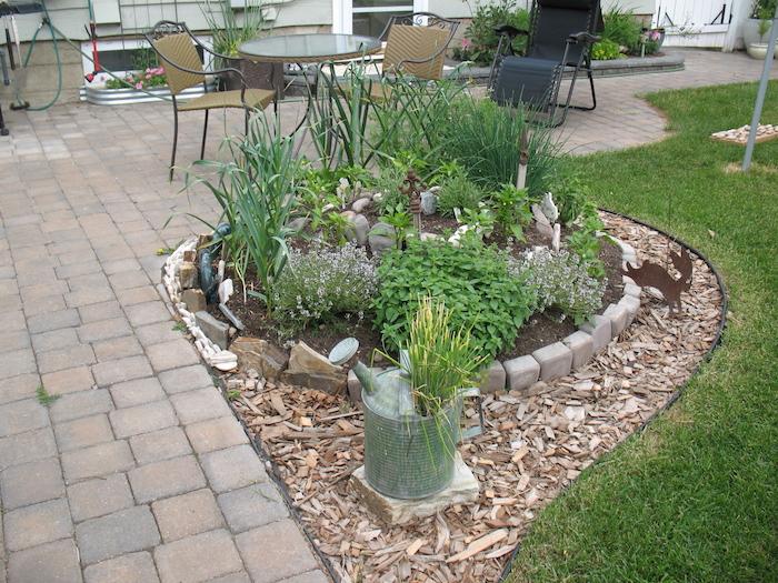 jetzt zeigen wir ihnen eine unserer lieblingsideen zum thema kräuterspirale selber bauen - eine kräuterspirale mit verschiedenen grünen pflanzen und grünen kräutern - idee zum thema gartengestaltung