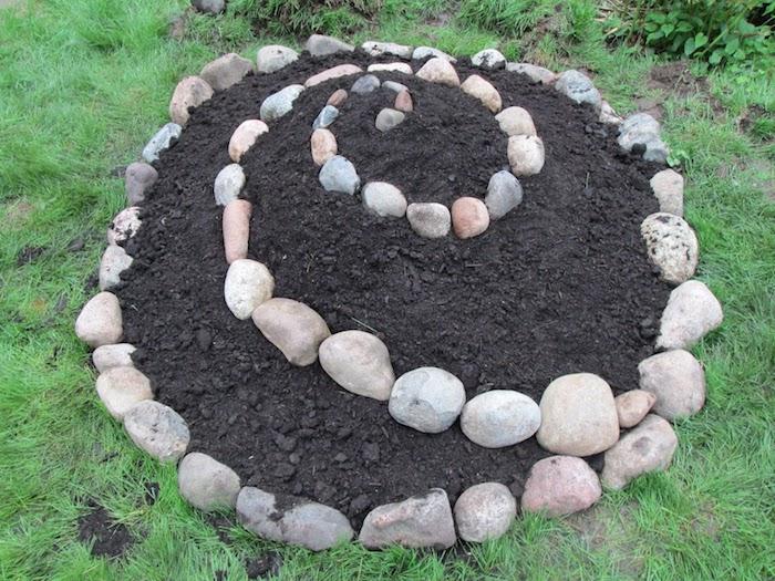kräuterspirale selber bauen - eine tolle idee zum thema gartengestaltung - hier zeigen wir ihnen eine sehr schön aussehende kräuterschnecke