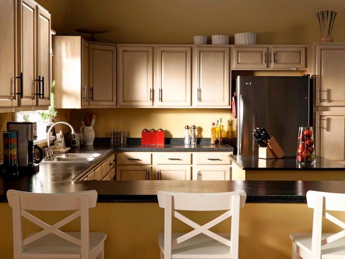 eine vintage Dekoration von der Küche mit weißen Regalen und schwarzer Theke