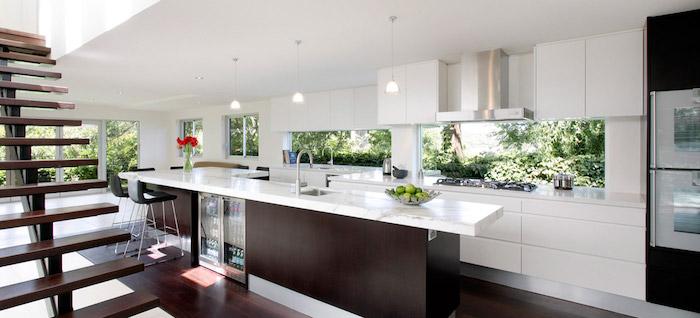 Marmor Arbeitsplatte in weißer Farbe, offene Küche mit Kochinsel eine Treppe im Vordergrund